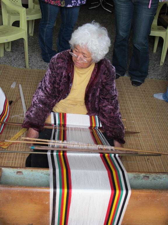 布農族男子傳統服飾編織
