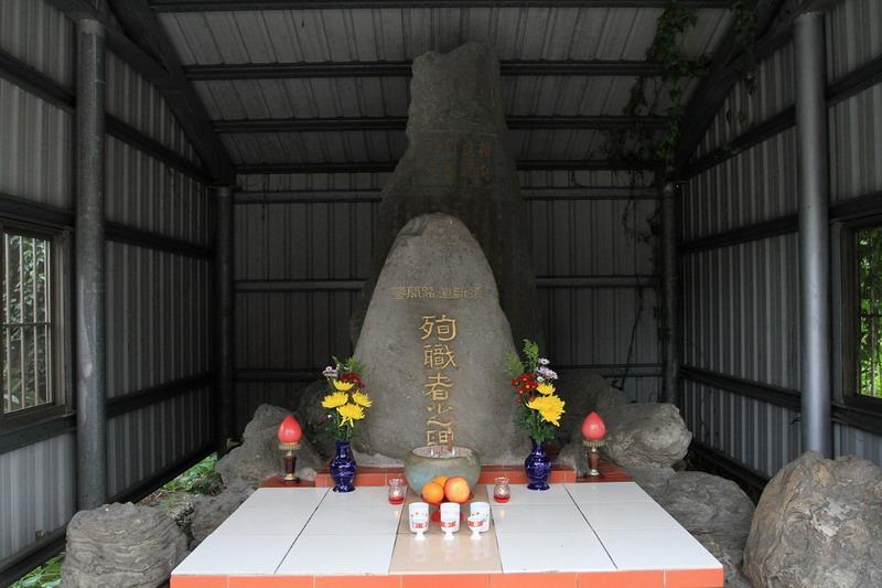 吉安橫斷道路開鑿殉職者之碑(前);橫斷道路開鑿記念碑(後)。拍攝:黃家榮
