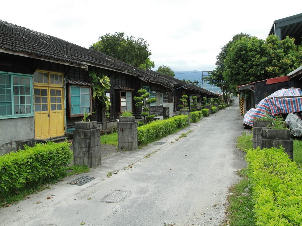美崙溪畔日式宿舍內的街道昔日稱「營所通」。拍攝:黃家榮