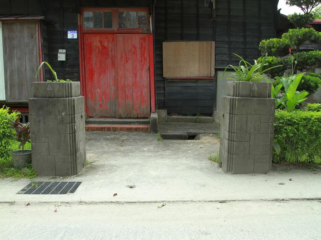 美崙溪畔日式宿舍-每棟房舍入口處的水泥柱上,還有立體菱形的設計,其用途不詳。拍攝:黃家榮