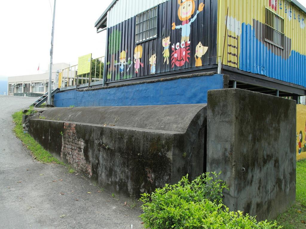 今美崙溪畔日式宿舍入口處左側的磚造防空壕外觀。拍攝:黃家榮