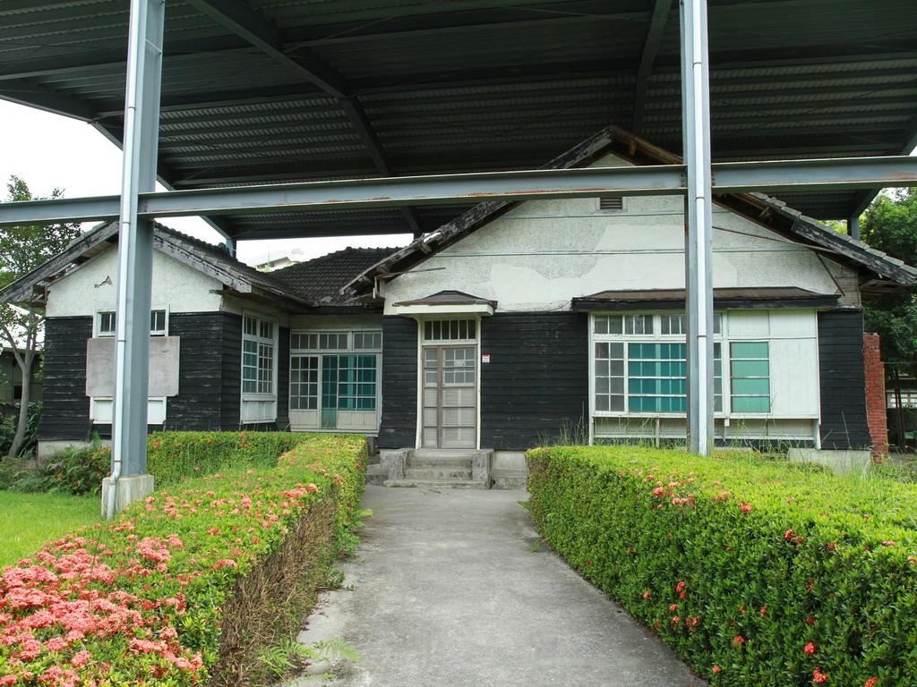 美崙溪畔日式宿舍以此棟建築為主軸,此棟建築為日軍中村 明大佐之官邸,戰後則由兵工學校少將司令等人入住。    拍攝:黃家榮