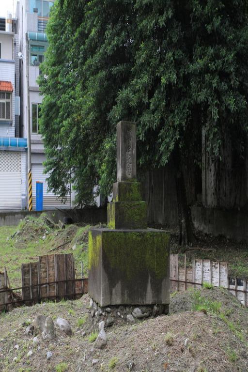 位於拓地開村記念碑右後側空地上的吉野神社鎮座紀念碑正面一景。拍攝:黃家榮
