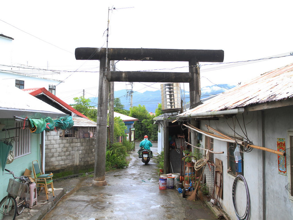 玉里社殘蹟-玉里社入口處目前現況,神社鳥居成了居民住家的一部分。拍攝:黃家榮