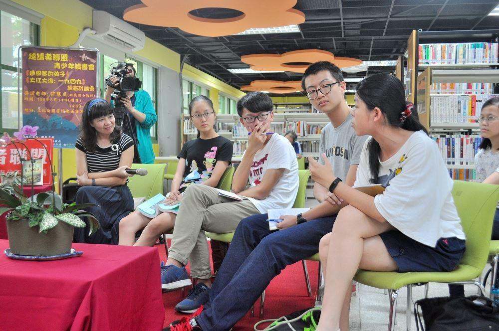 大家專心聆聽花女陳同學的感想。