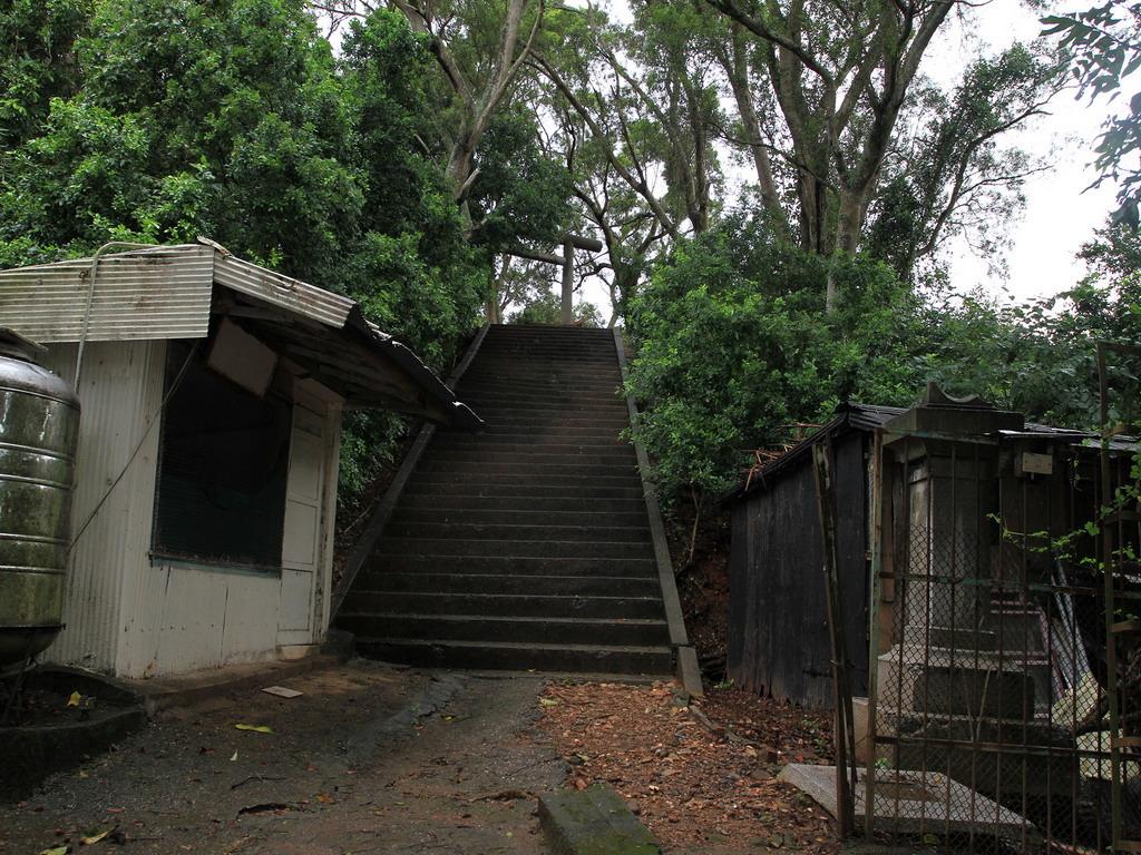 玉里社殘蹟-登上第一段階梯後之平台處由「三州會」所奉納之石燈籠一對。拍攝:黃家榮