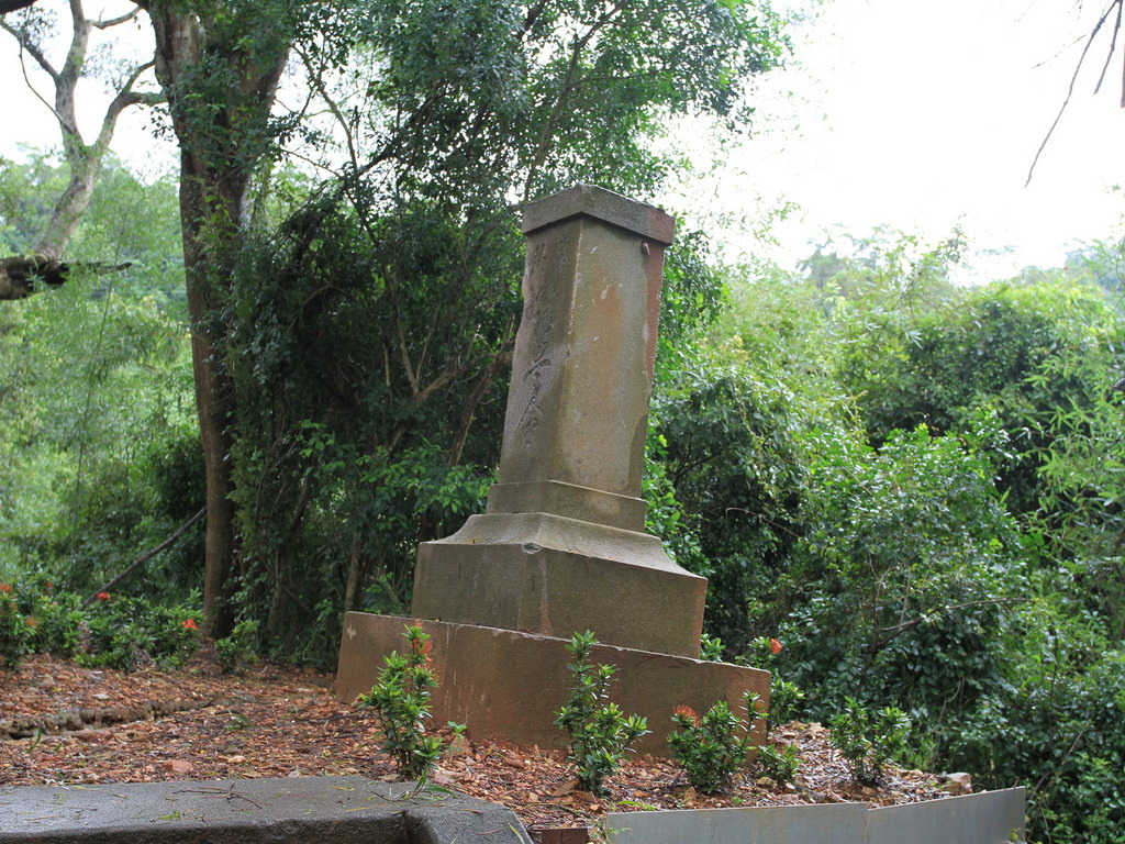 玉里社殘蹟-石燈籠竿部位正面寫有「筑豐會」字樣,背面則寫有鎮座日期。拍攝:黃家榮