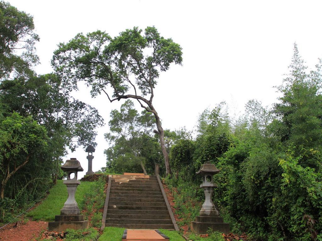 玉里社殘蹟-第三階梯及一對有弧形設計之石燈籠。拍攝:黃家榮