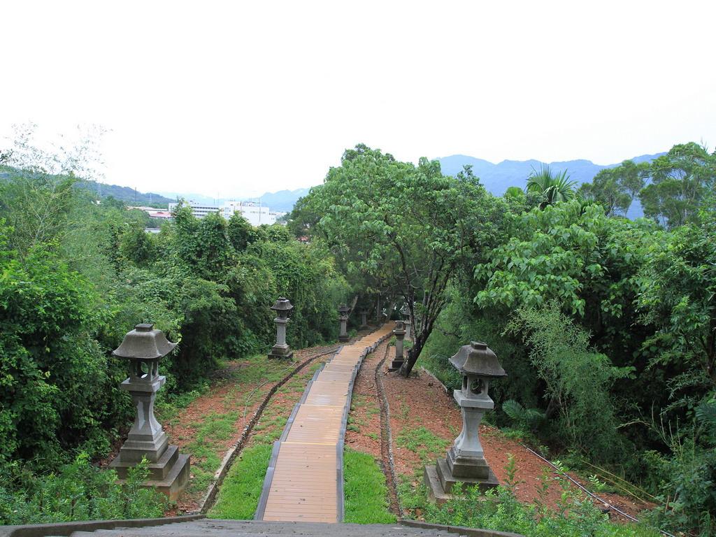 玉里社殘蹟-從第三階梯處望參拜道,參道兩側石燈籠林立,真的頗有日本風。拍攝:黃家榮