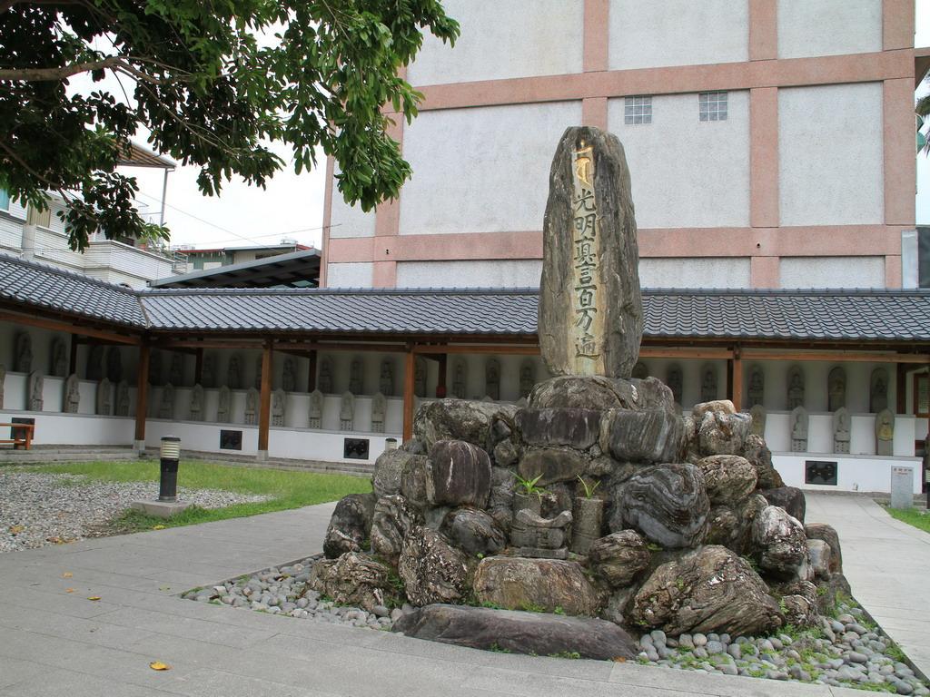 吉安慶修院-光明真言碑,石碑頂部為梵文種子字,下方則寫有「光明真言百萬遍」等文字。拍攝:黃家榮
