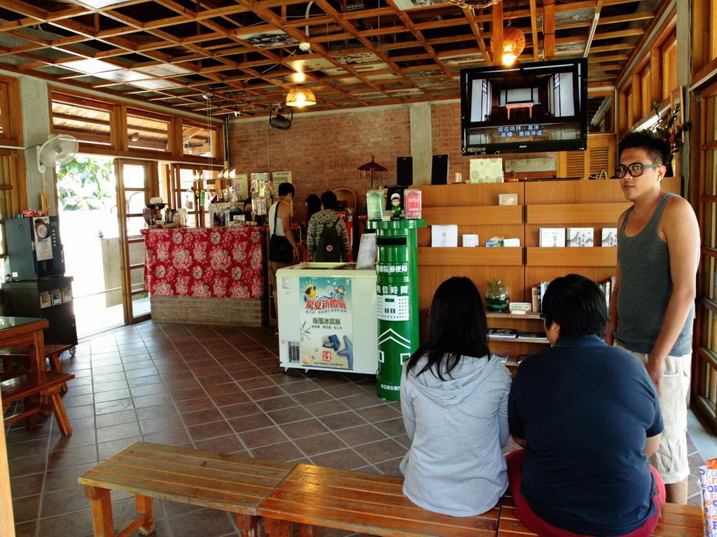 吉安慶修院服務中心,內除了販售各式紀念品外,還提供解說影片的欣賞。拍攝:黃家榮