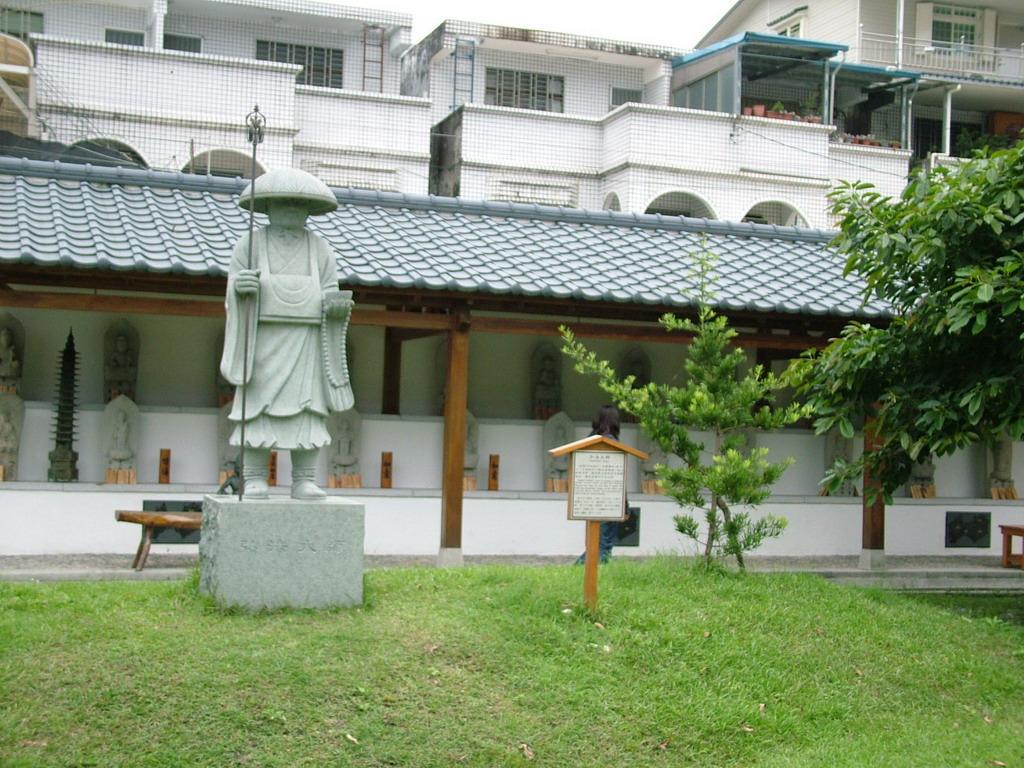 吉安慶修院-立於庭院的弘法大師石像。拍攝:黃家榮
