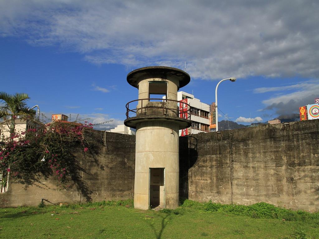 花蓮舊監獄-於民國71年搬遷至干城後,舊址處仍遺留昔日兩座圓形瞭望台及高牆。  拍攝:黃家榮