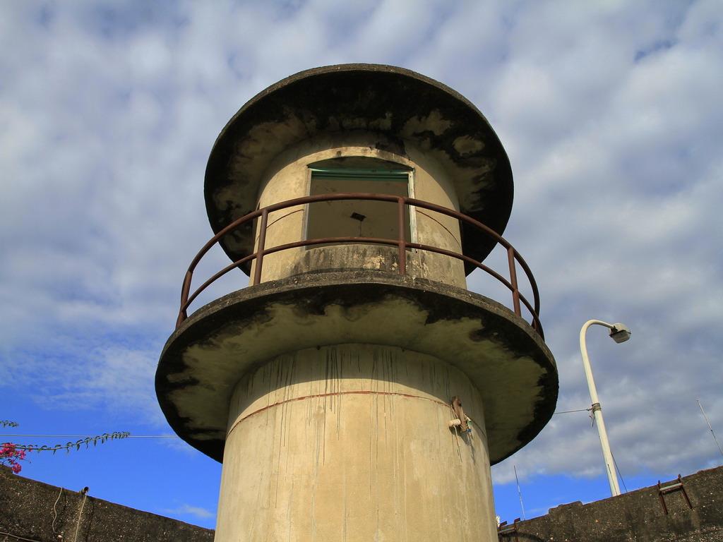 花蓮舊監獄遺蹟-靠近花蓮市中山路及明智路口處的瞭望台二樓及圓形護欄特寫。  拍攝:黃家榮