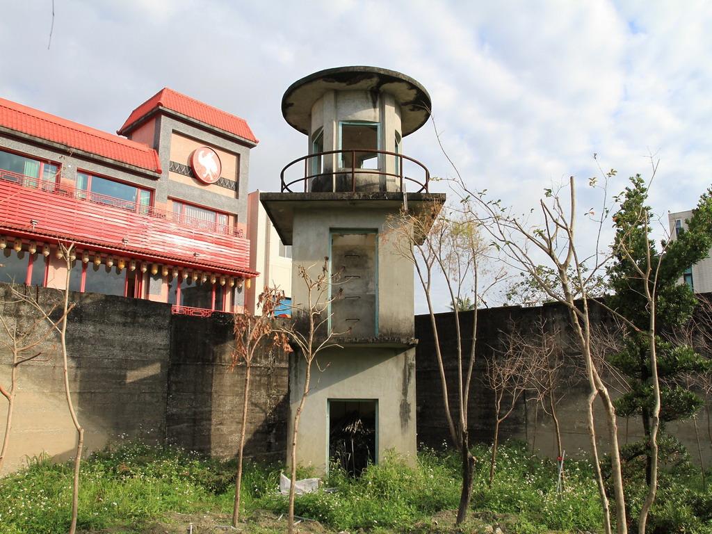 花蓮舊監獄遺蹟-靠近明智街口處的三層樓瞭望台,其造型為兩層方形頂層採圓形設計,造型相當特殊。  拍攝:黃家榮