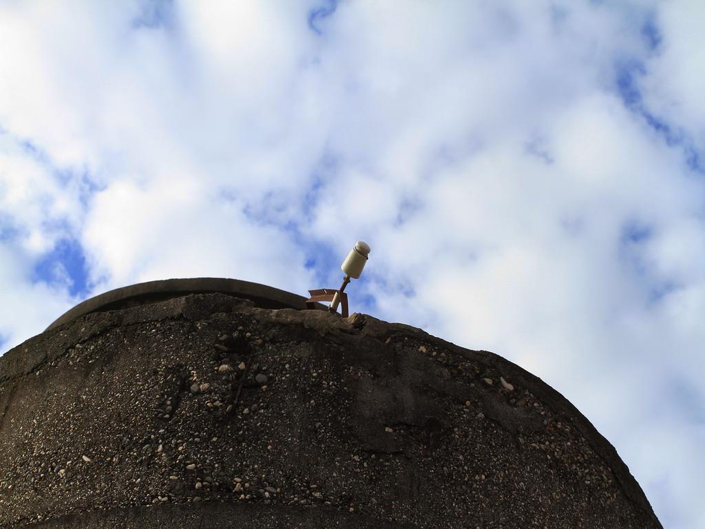 花蓮舊監獄遺蹟-在高牆上還可見當時監獄電網設備的殘跡。  拍攝:黃家榮
