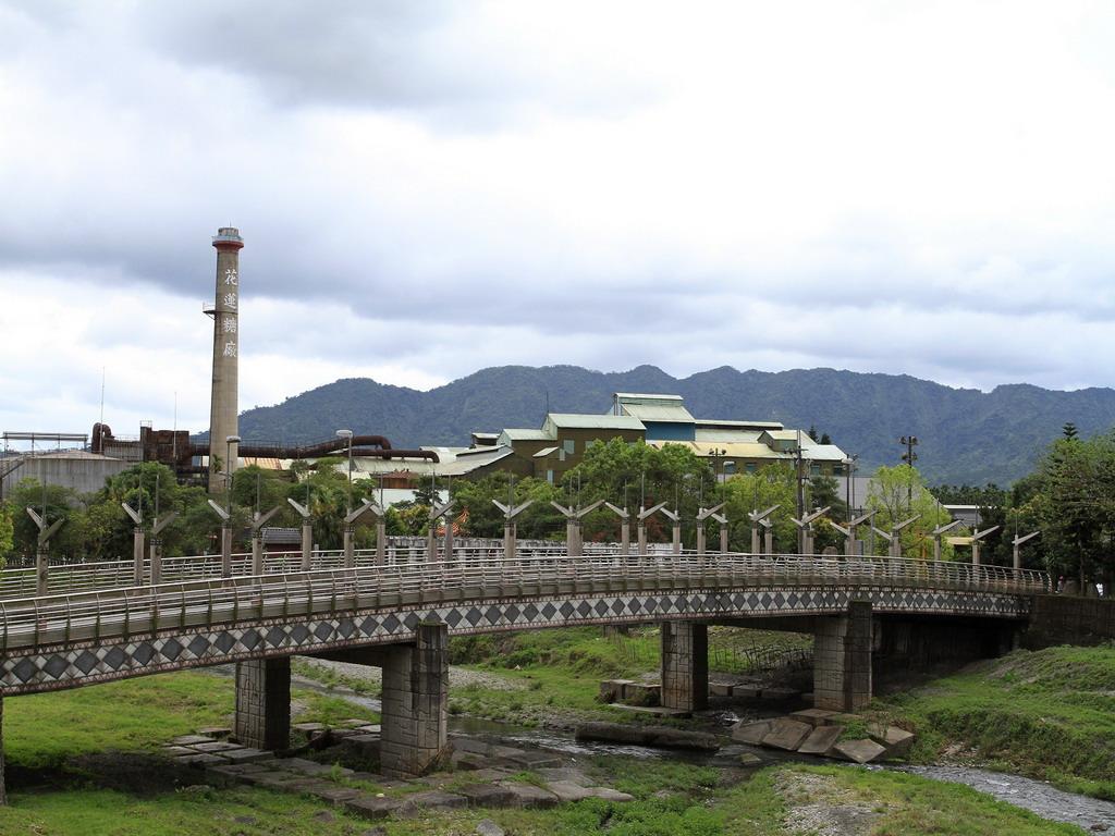從臺九線中興橋旁遠望花蓮糖廠製糖工場全景,煙囪上斗大的花蓮糖廠四字相當的醒目。拍攝:黃家榮