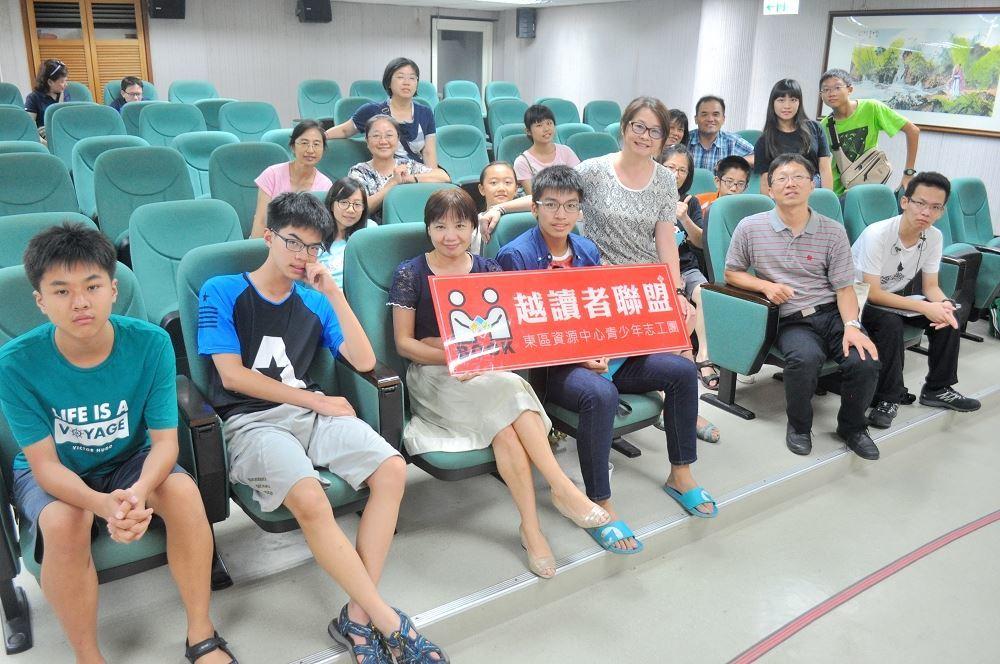 黃文輝老師與青少年合影