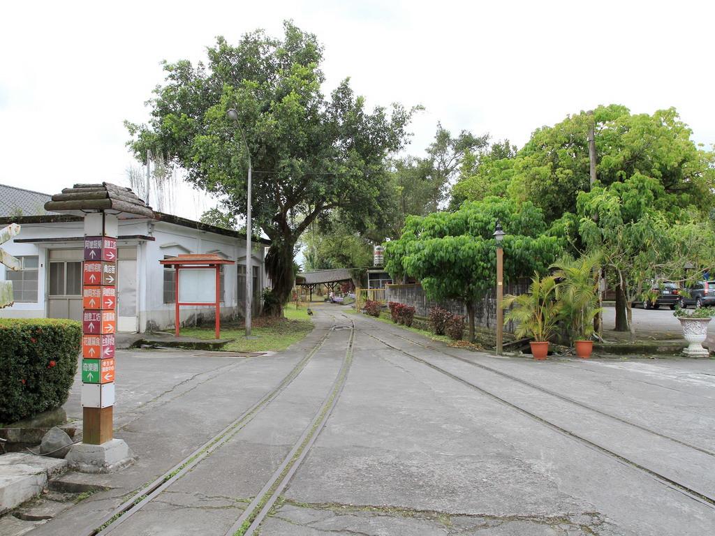 花蓮糖廠製糖工場-園區內仍可見許多的火車軌道,雖然已無火車在軌道上奔馳,但也見證了過去那段興盛風華的一面。拍攝:黃家榮