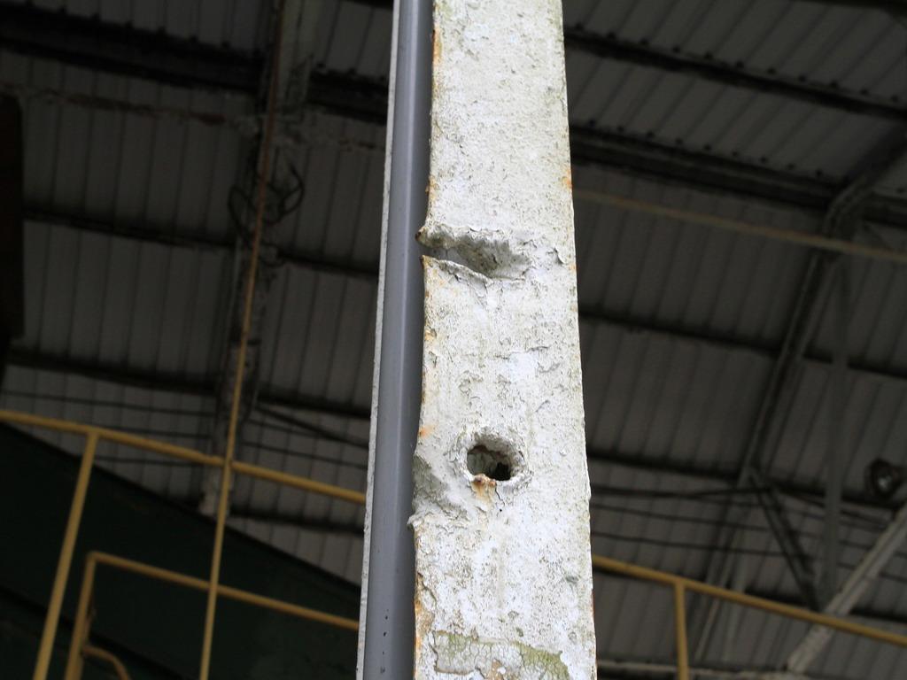 花蓮糖廠製糖工場-作業區內H形鋼樑上仍可見太平洋戰爭時,遭受盟軍轟炸機少掃時所遺留的彈孔及痕跡。拍攝:黃家榮