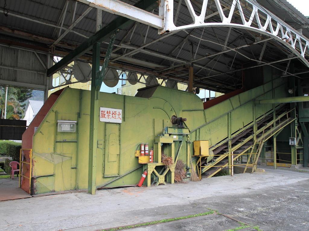 花蓮糖廠製糖工場-工廠內運送甘蔗的大型運送機器。拍攝:黃家榮