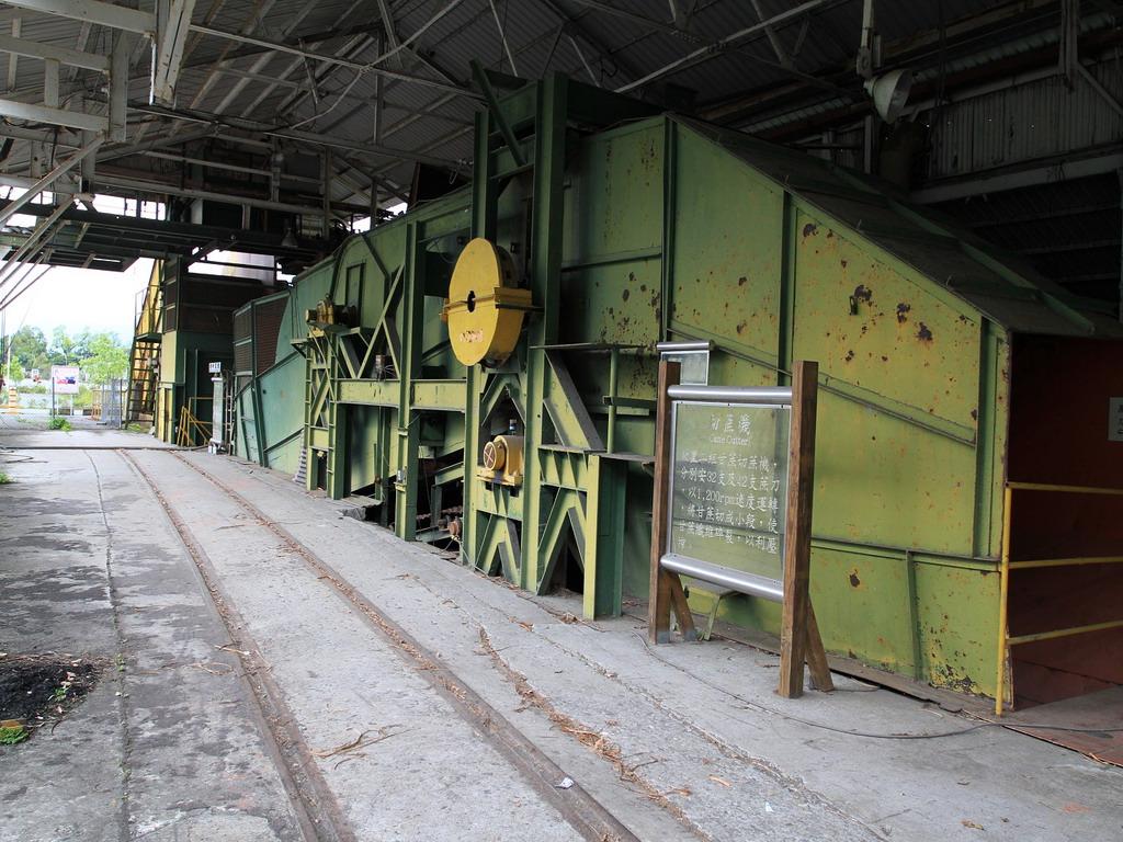 花蓮糖廠製糖工場-工廠內將甘蔗裁切的切蔗機。拍攝:黃家榮