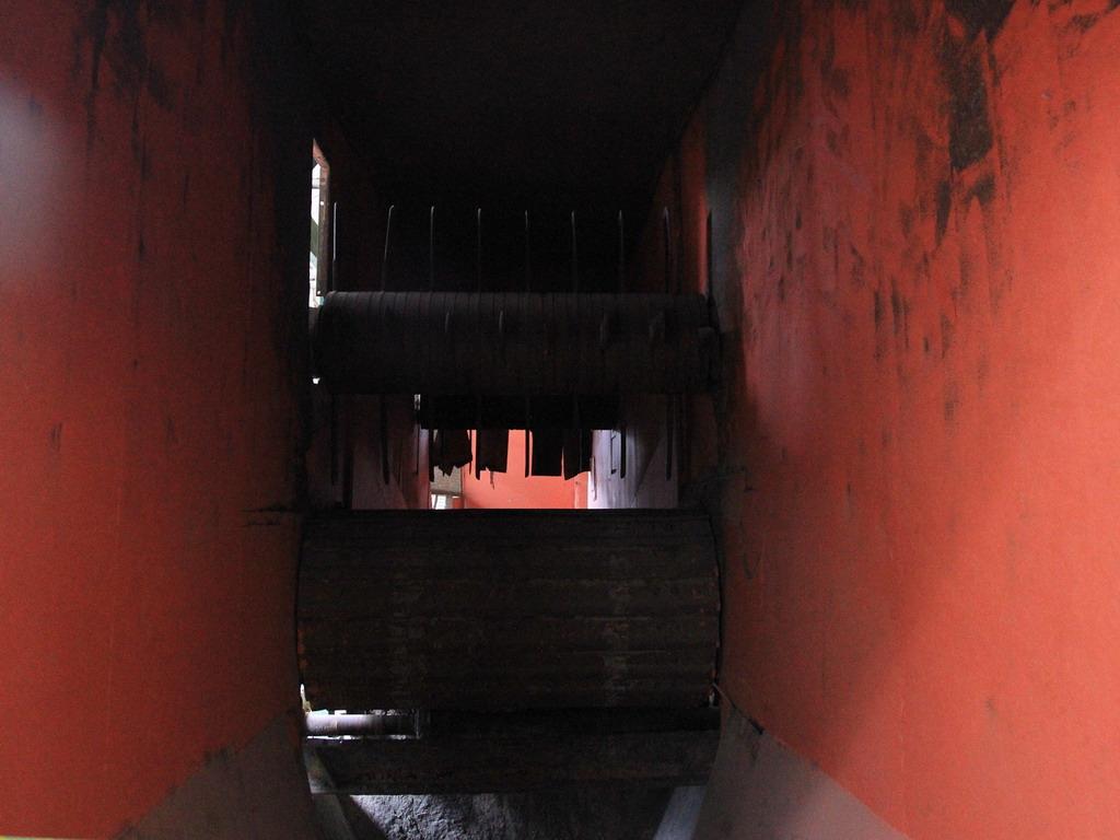 花蓮糖廠製糖工場-切蔗機內一景。拍攝:黃家榮