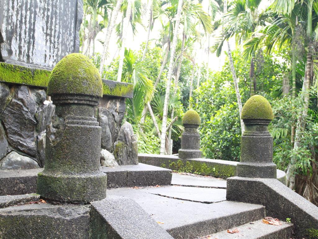 吳全城開拓記念碑四周之擬寶珠式樣之柱子,鐵製護欄已損毀。拍攝:黃家榮