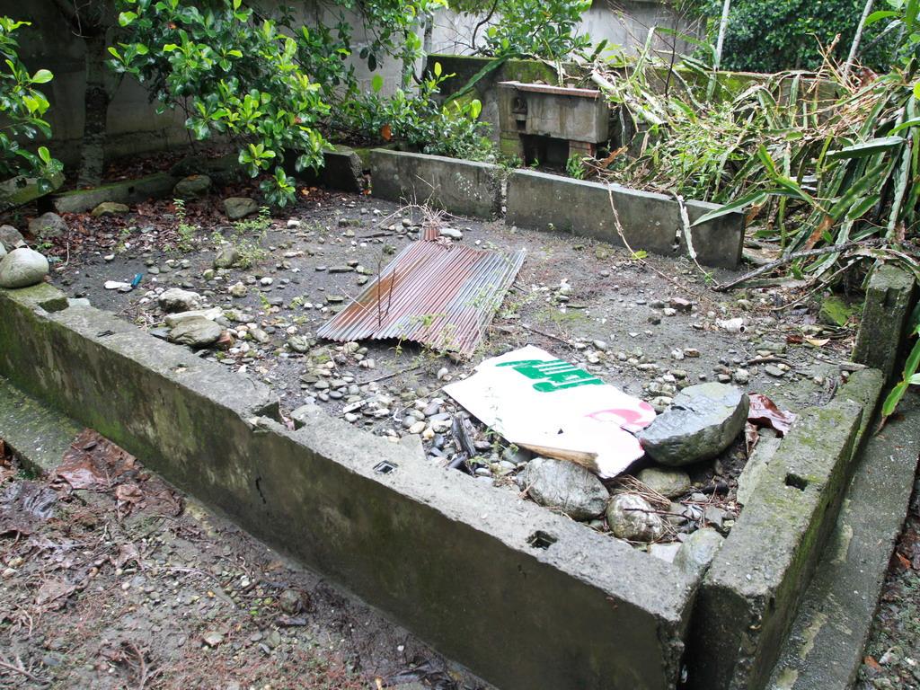 吳全城開拓記念碑右後側可見昔日辦公室之建築殘跡。拍攝:黃家榮