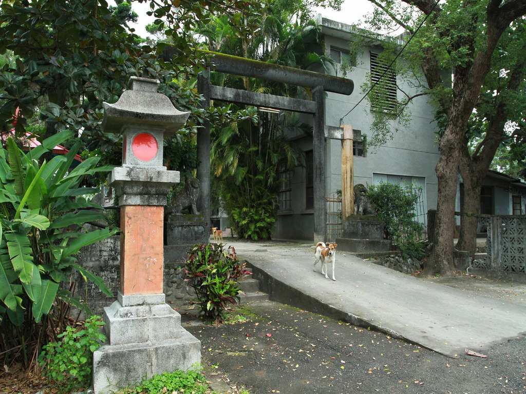 新城神社舊址-第三鳥居及鳥居前的神社守護靈─狛犬,鳥居後方建築為新城天主堂神父宿舍。    拍攝:黃家榮