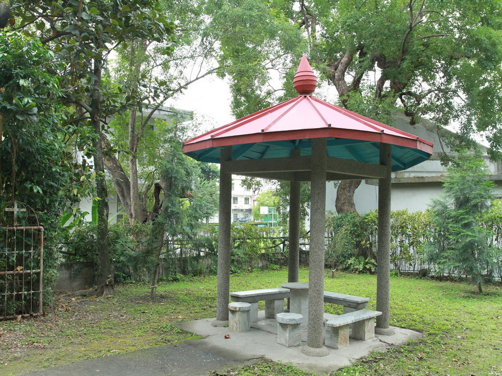 在神父宿舍前的涼亭,前身為新城神社的手水舍位置,手洗缽被搬至禮拜堂內。    拍攝:黃家榮
