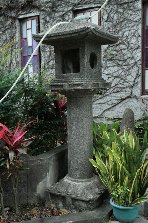 禮拜堂入口旁之石燈籠為新城稻荷神社所屬之遺蹟。    拍攝:黃家榮