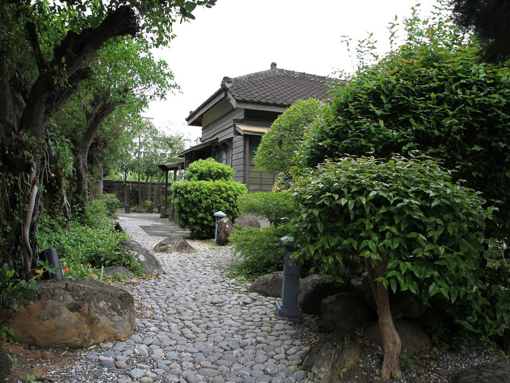 日式建築樣式的招待所建築加上礫石的鋪設,東洋風十足。拍攝:黃家榮