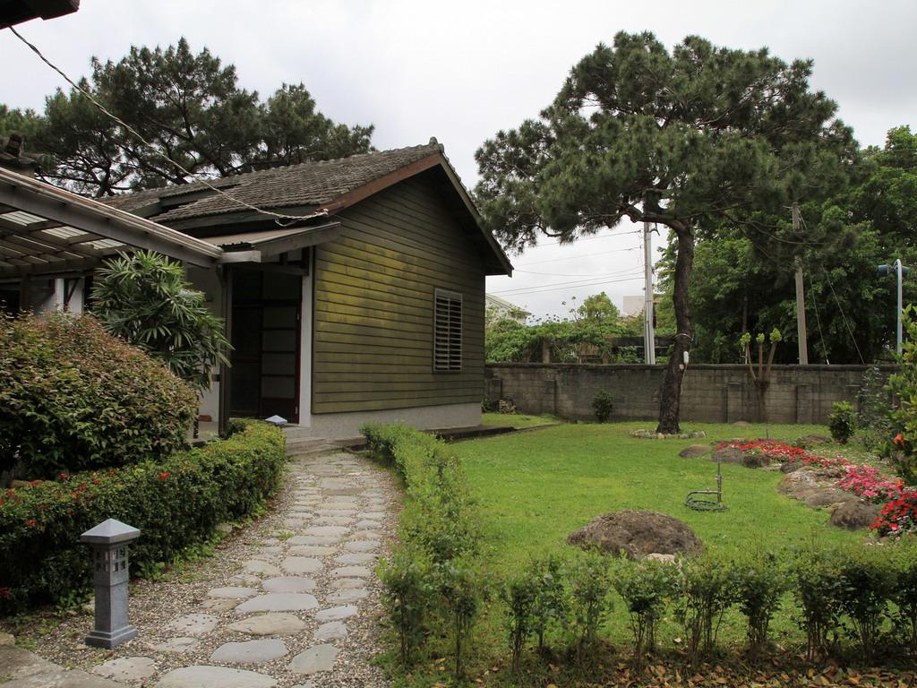 台肥招待所旁房舍為戰後所新增建的房舍,房舍旁的琉球黑松相當的筆直壯觀。拍攝:黃家榮