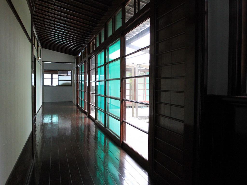 位於台肥招待所後方的長廊及大片的五格長方形玻璃拉門;屋頂上的根裏天井也都保留著濃濃的日本風格,透明的玻璃拉門讓室內採光將當的好。拍攝:黃家榮