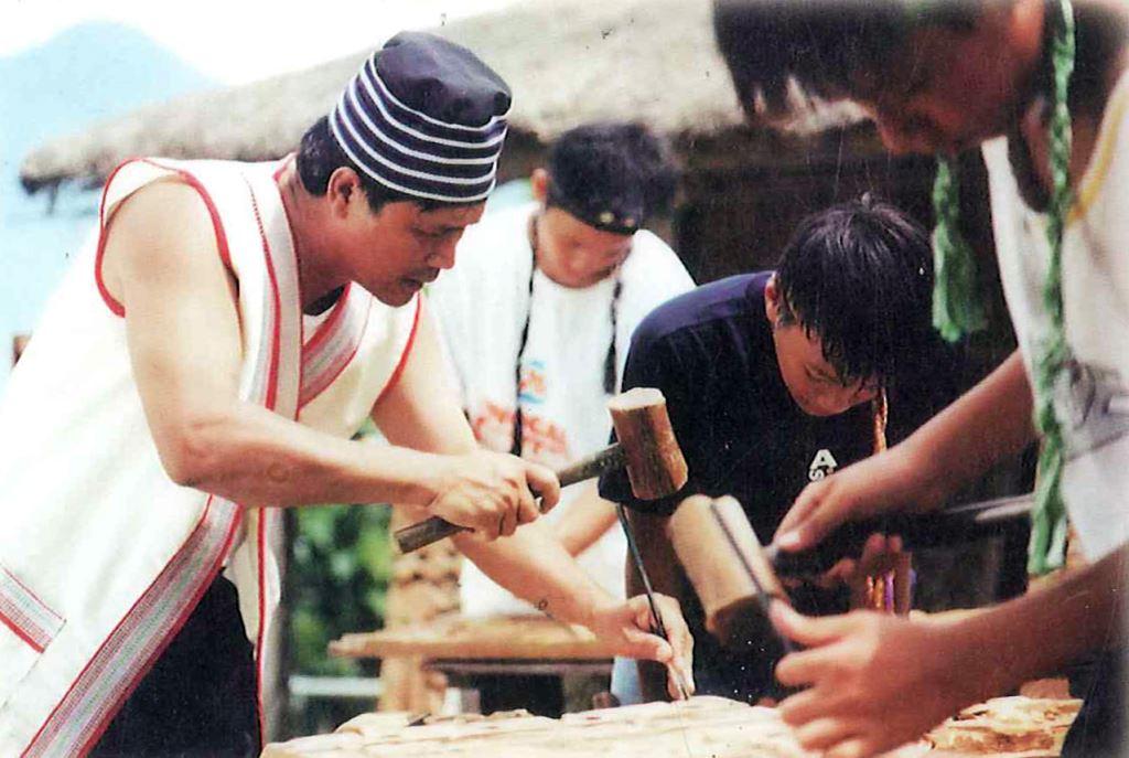指導國小學生木雕技藝