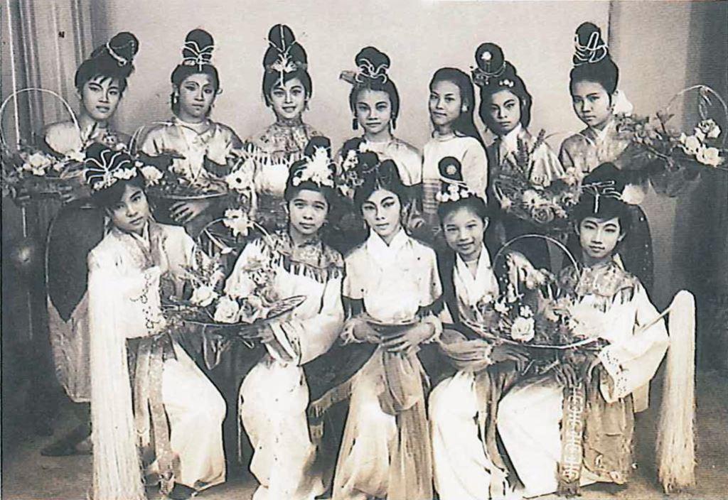 陳孟群(後排右三)與舞蹈研究社學生合影(1970)
