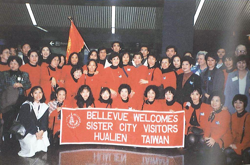 1997花蓮縣教師舞蹈團受邀訪問姊妹市 美國西雅圖貝勒優夫市進行文化交流演出(前排左2)