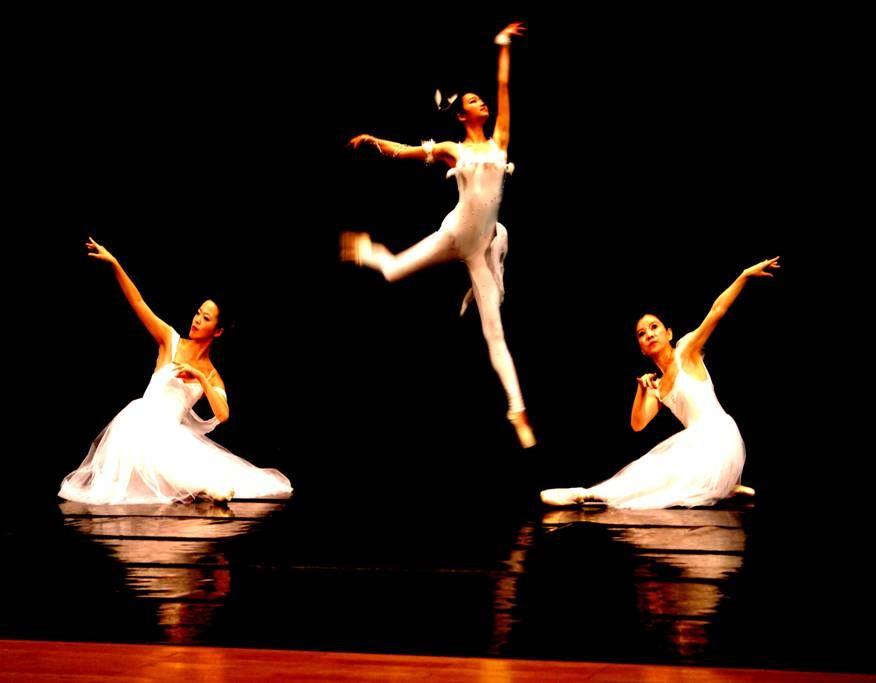 舞姿翩翩展身藝  手舞腳蹈顯美姿