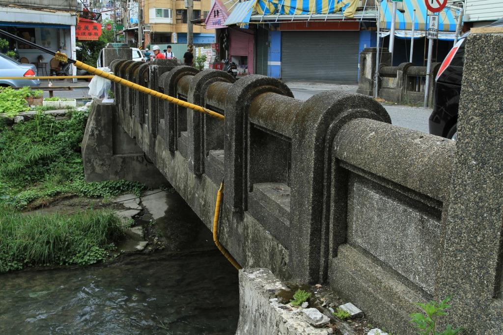 橋護欄較粗,外表使用洗石子設計。      黃家榮先生 拍攝