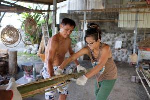 指導年輕人,剖製竹片