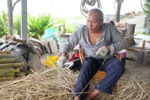 編織耆老手削竹片