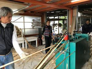 運用削竹機先削薄竹片