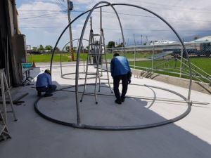 進行鐵圓管穹頂造型彎製和銜接點鑽孔核對