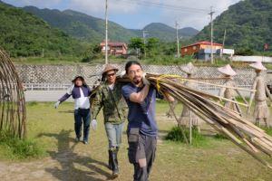 將手削竹片搬運至稻田