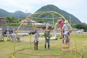 在鐵製骨架上製作竹模型骨架