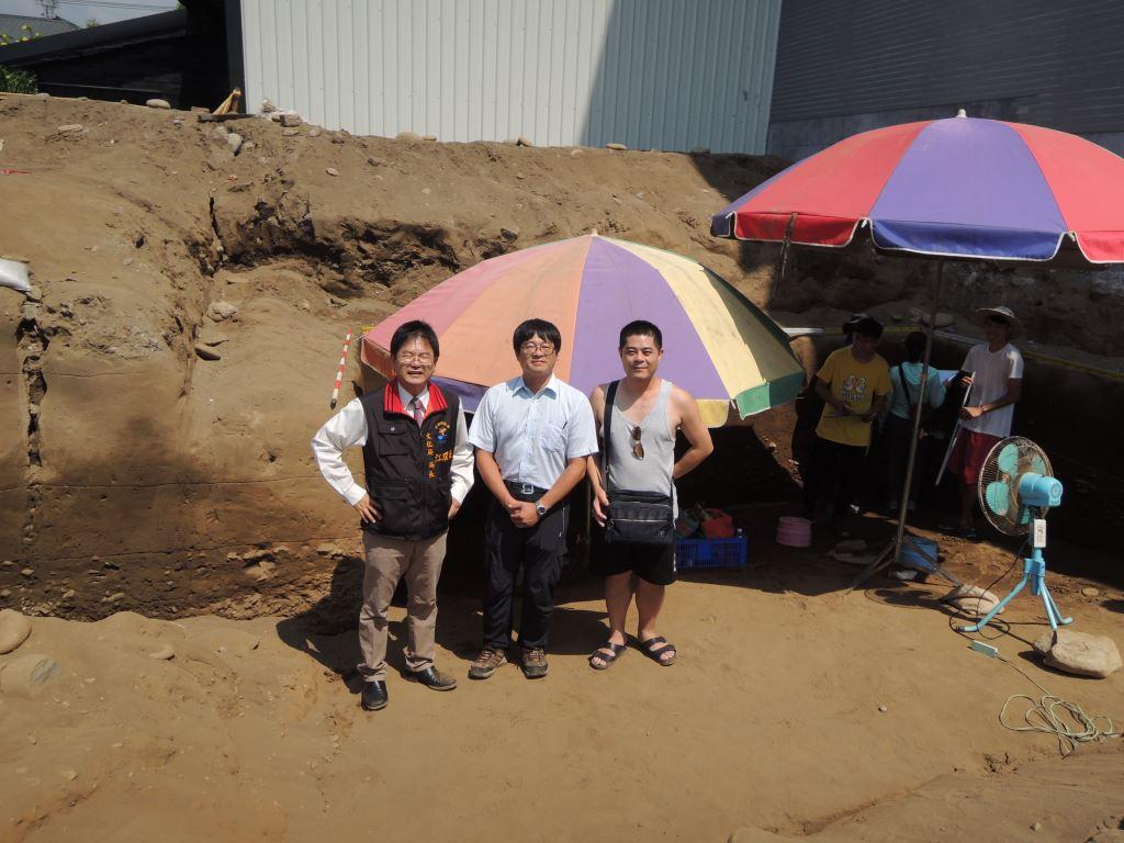 花岡山考古遺址發掘現場照片,左1為江躍承局長,中間為此次現勘委員尹意智博士,右1為地主林先生