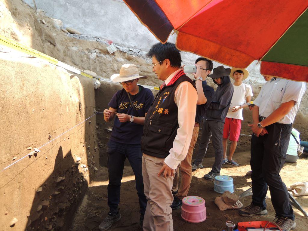 花岡山考古遺址發掘現場照片,江局長視察了解本案史前文化層埋藏情形