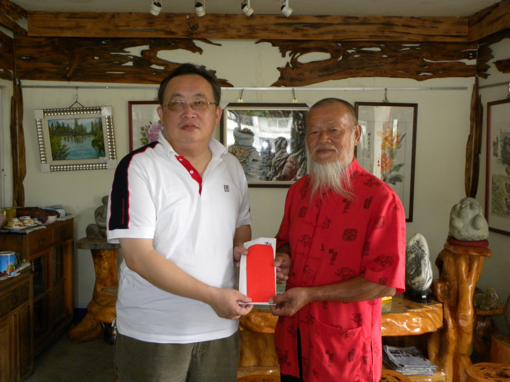 秘書長賴興雄等代表頒發績優文化人士急難慰助金