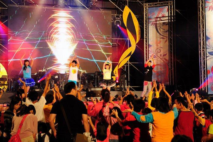 台上帶動氣氛,台下跟著一起拍手